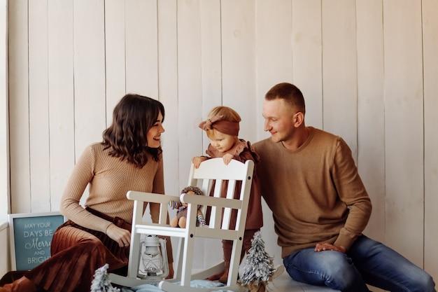 Une Famille Heureuse Posant Photo gratuit