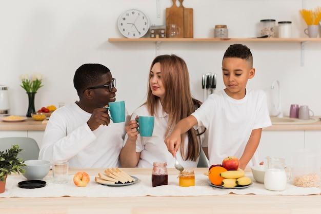 Famille Heureuse, Rester Ensemble Dans La Cuisine Photo gratuit
