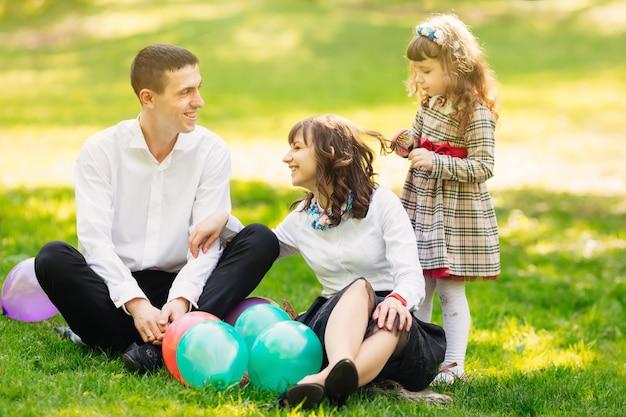 Une Famille Heureuse S'amuse Sur La Pelouse Photo Premium