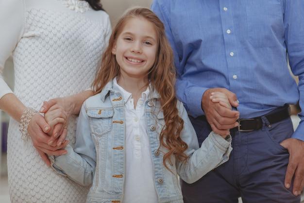 Famille heureuse shopping au centre commercial ensemble Photo Premium