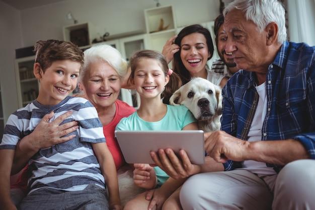 Famille Heureuse, Utilisation, Tablette Numérique, Dans, Salle De Séjour Photo Premium