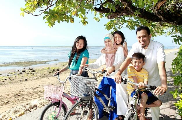 Famille Heureuse, à, Vélos Photo Premium