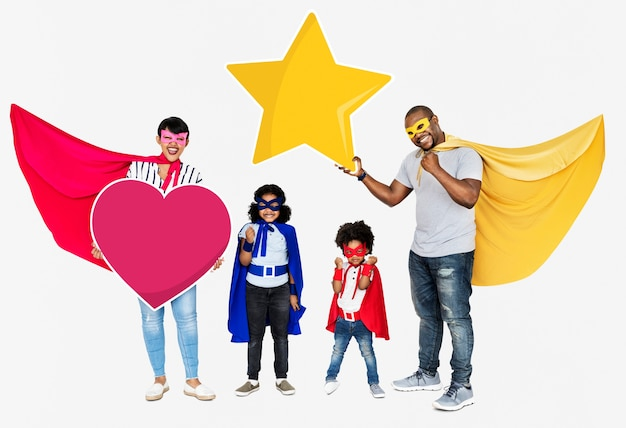 Famille heureuse vêtue de costumes de super-héros Photo gratuit