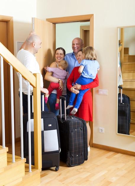 Famille heureuse Photo gratuit