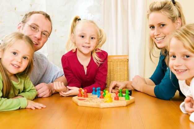 Famille jouant au jeu de société Photo Premium