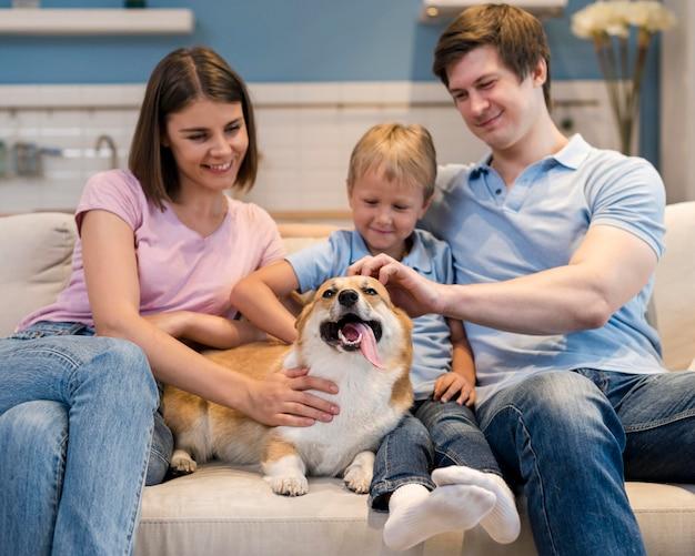 Famille Jouant Avec Un Chien Mignon Photo Premium