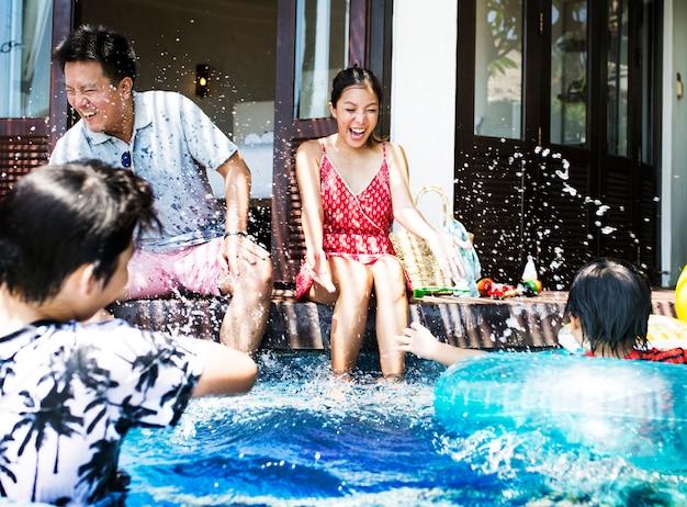 Famille jouant dans une piscine Photo Premium