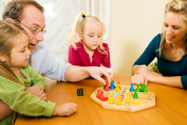 Famille joue ludo ensemble Photo Premium