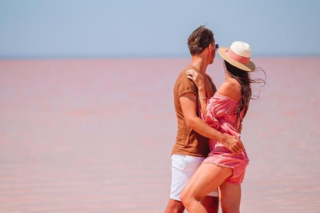 Famille Sur Un Lac Salé Rose Sur Une Journée D'été Ensoleillée Photo Premium