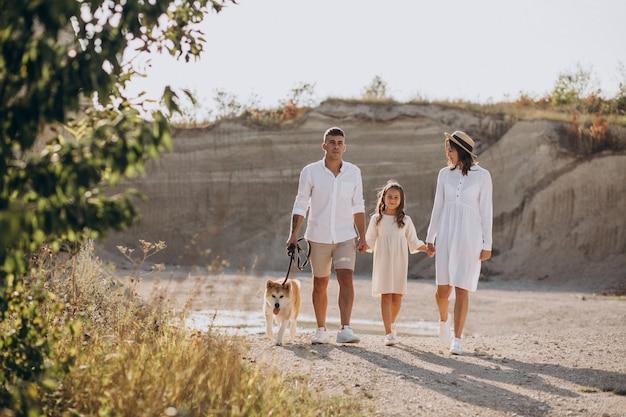 Famille Avec Leur Fille Et Leur Chien Sortant Photo gratuit
