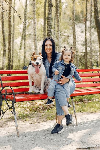 Famille mignonne et élégante dans un parc de printemps Photo gratuit