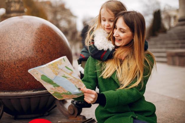 Famille Mignonne Et élégante Dans Une Ville De Printemps Photo gratuit
