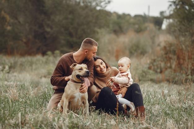 Famille Mignonne Et élégante Jouant Dans Un Champ Photo gratuit