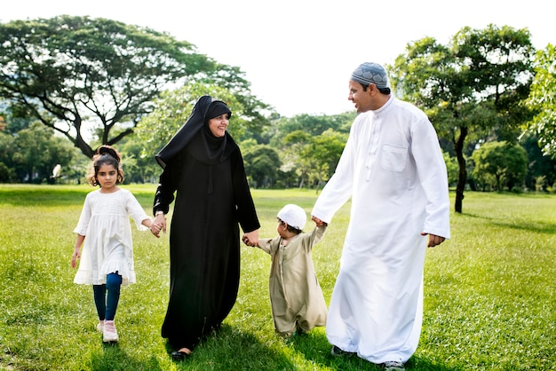 Famille musulmane s'amuser en plein air Photo Premium