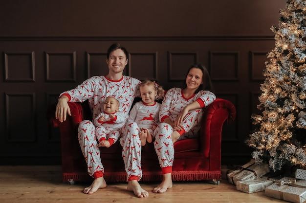Famille à Noël Photo gratuit