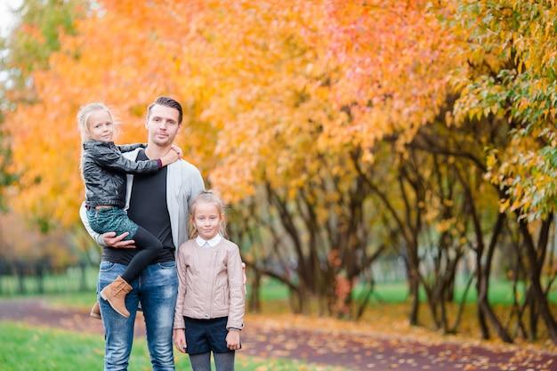 Famille de papa et d'enfants sur une belle journée d'automne dans le parc Photo Premium