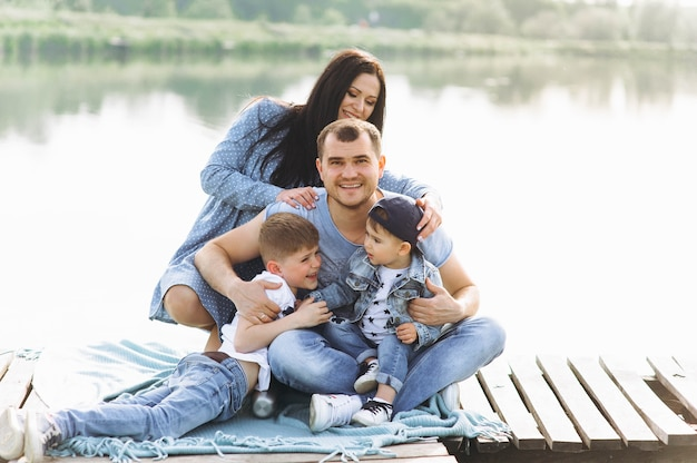 Famille papa maman et les enfants près de la rivière Photo Premium