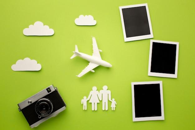 Famille De Papier Vue De Dessus Avec Appareil Photo Et Photos Instantanées Photo Premium