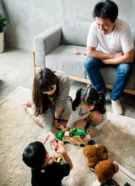 Famille passant du temps ensemble à la maison Photo gratuit