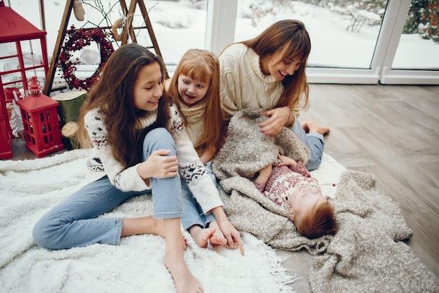 Famille Passer Du Temps à La Maison Dans Une Décoration De Noël Photo gratuit