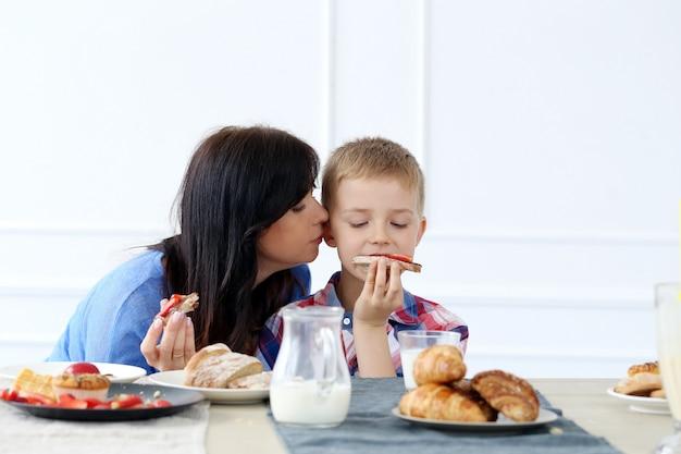 Famille pendant le petit déjeuner Photo gratuit