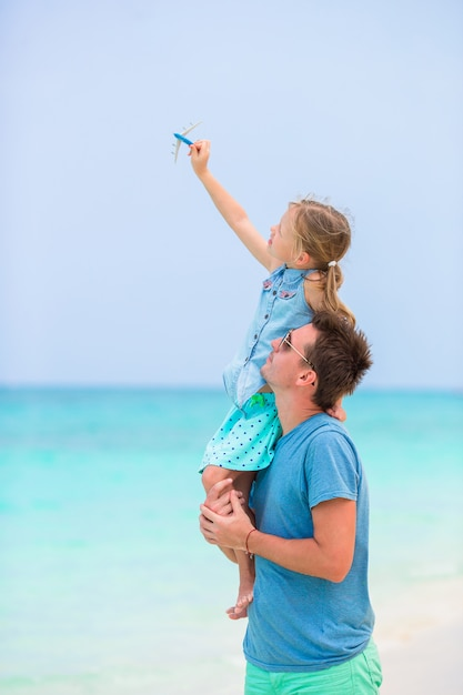 Famille pendant des vacances à la plage en afrique Photo Premium