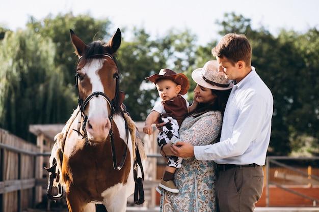 Famille avec petit fils au ranch Photo gratuit