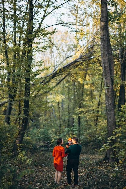 Famille avec un petit fils en automne parc Photo gratuit