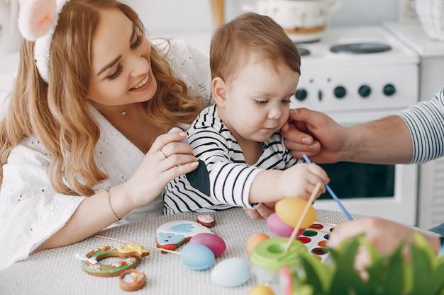 Famille avec petit fils en train de peindre Photo gratuit