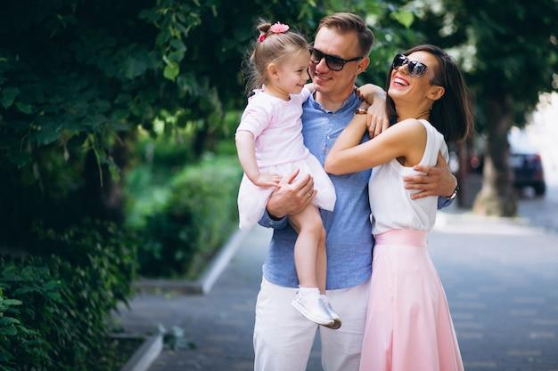 Famille avec petite fille ensemble dans le parc Photo gratuit