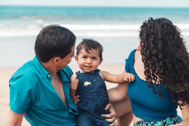 Famille sur la plage de la mer Photo gratuit