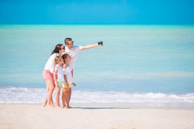 Famille sur la plage, photo de famille. Photo Premium