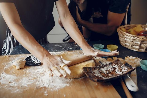 Famille prépare la pâte pour les biscuits à la cuisine Photo gratuit