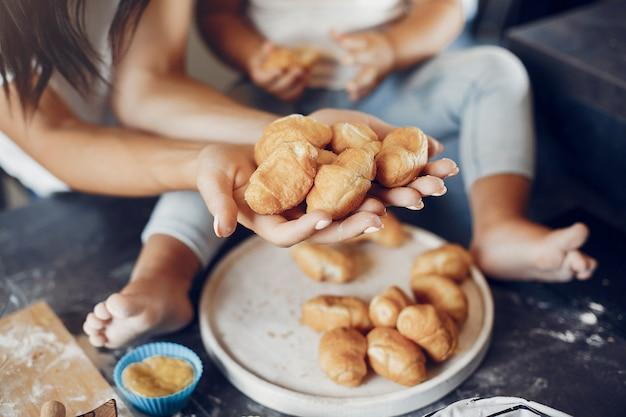 Famille prépare la pâte pour les cookies Photo gratuit