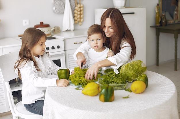Famille, Préparer, Salade, Cuisine Photo gratuit