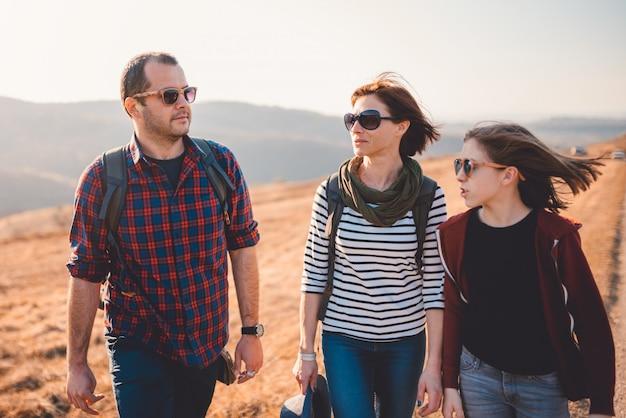 Famille profitant d'une randonnée en montagne Photo Premium