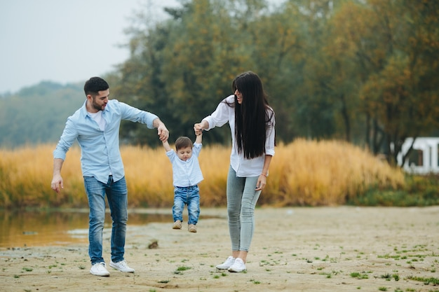 Famille qui marche dans la nature Photo gratuit