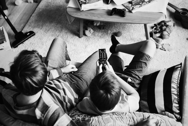 Famille regardant la télévision dans le salon Photo gratuit