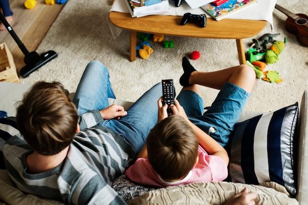 Famille regardant la télévision ensemble Photo Premium