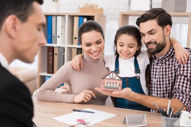 Famille, regarde, miniature, jouet, maison, bureau, agent immobilier Photo Premium