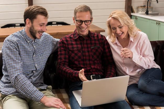 Famille, Regarder, Ordinateur Portable, Sofa Photo gratuit