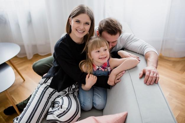 Famille reposant sur le canapé Photo gratuit