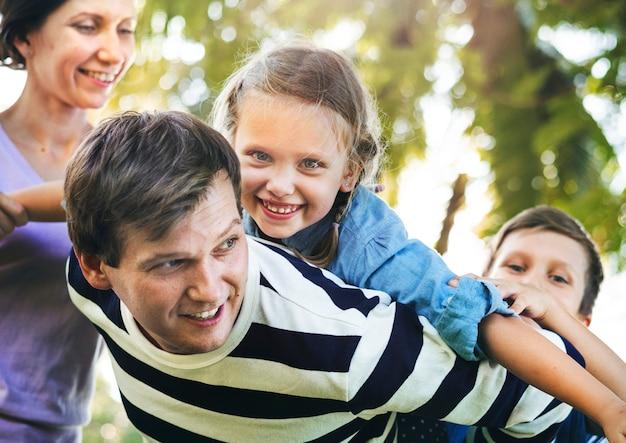 Famille s'amuser dans le parc Photo gratuit