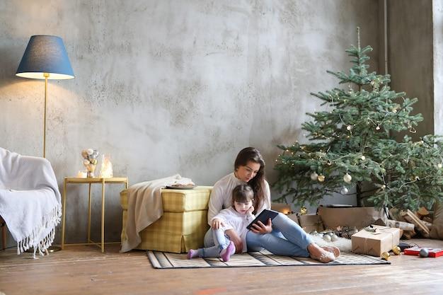 Famille S'amuser Le Jour De Noël Photo gratuit
