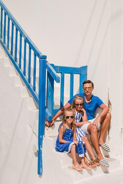 Famille s'amuser en plein air sur l'île de mykonos Photo Premium