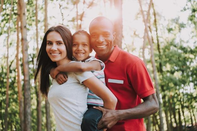 Famille s'amuser et se détendre sur un pique-nique. Photo Premium
