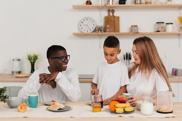 Famille S'apprête à Manger Photo gratuit
