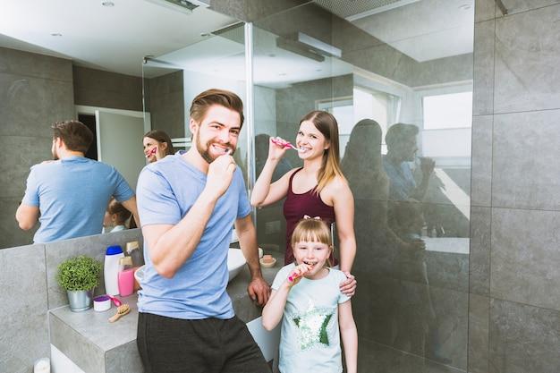 Famille Se Brosser Les Dents Dans La Salle De Bain Photo gratuit