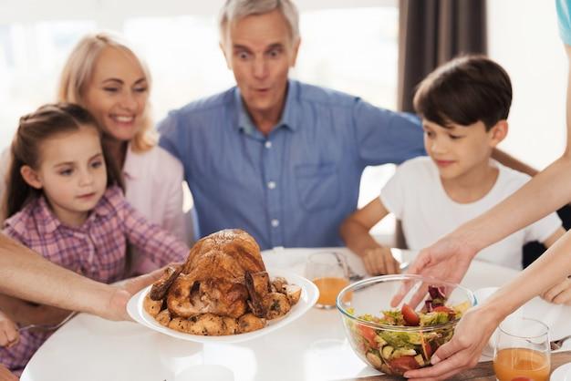 Famille se préparant pour un dîner de fête Photo Premium