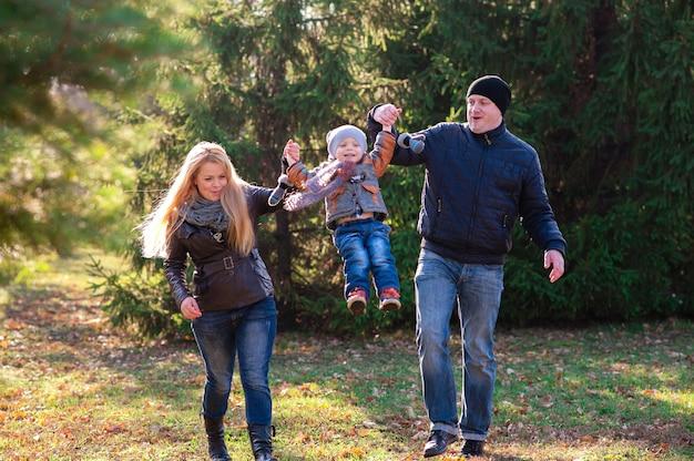 La famille se promène dans le parc en automne Photo Premium